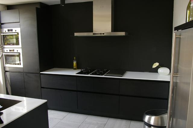 Keuken Eiken Zwart : Zwart eiken keuken met dekton blad